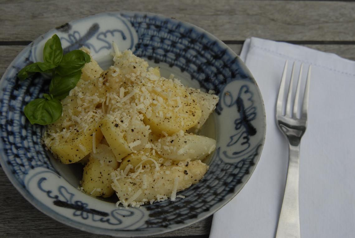 Weißer Spargel mit Kartoffel und Parmesan